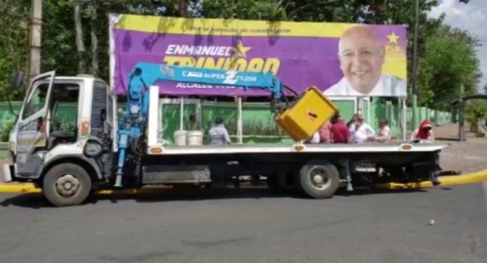 JCE y ayuntamiento SFM desmontan vallas publicitarias